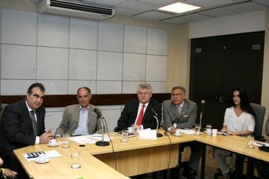 Rodrigues (à esq.), Naggi (de gravata vermelha) e Cléo Pires apresentam Hidroex a Vicente Andreu