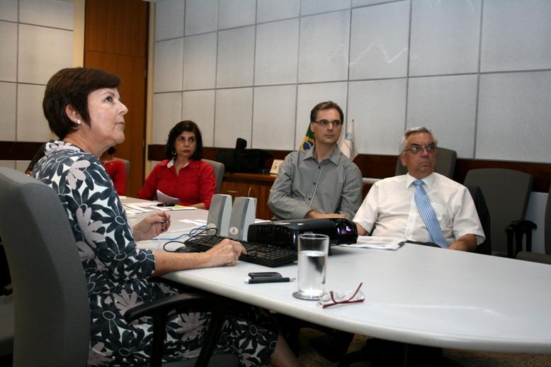 Makeschin (á dir.) acompanha a apresentação da especialista Gisela Forattini (à esq.)