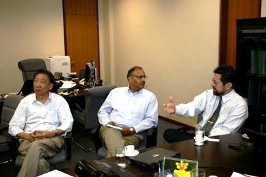Varella (à dir.) explica as ações da ANA para Aggarwal (centro)